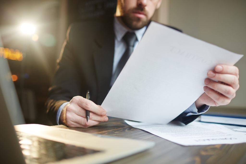 Businessman Working With Documentation At Desk - Pontual Contadores & Associados